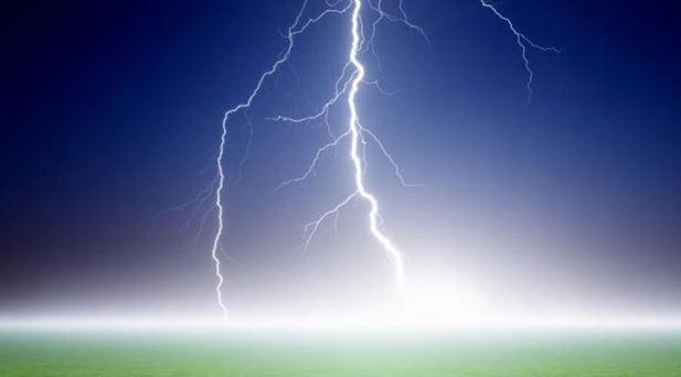 Jangan Pakai Ponsel Ketika Cuaca Buruk Ini Dampaknya